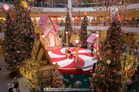 05-midvalley-mall-centre-court-with-christmas-stand